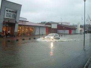 Översvämning i kommersens landskap: Kållered köpstad 2006.