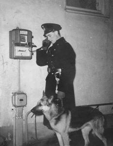 Forna tiders polishjälpmedel. Telefonin har uppgraderats. Den levande medhjälparen består.