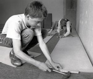Lärling hos golvläggare i Malmö 1987. Bildkälla: Wikimedia, foto Jonn Leffmann.
