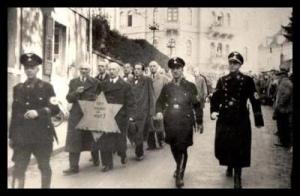Judiska män tvingas marschera med de gula stjärnorna dagen efter Kristallnatten, 10 november 1938.