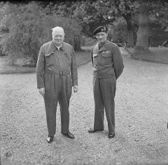 """Churchill, i """"siren suit"""", med fältmarskalk Montgomery i maj 1944. Foto från Imperial War Museum."""
