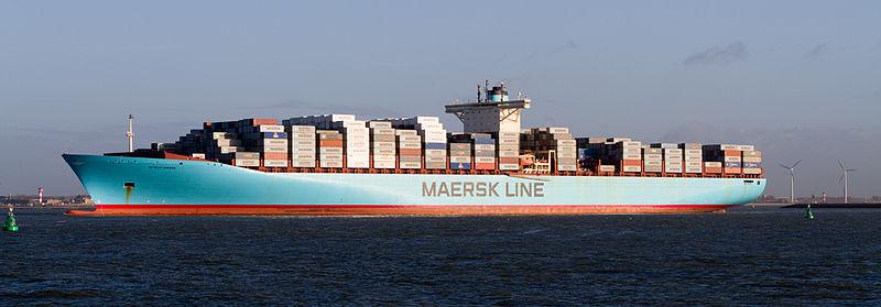 """Enorma containerfartyg står för en stor del av volymen i världshandeln. """"Estelle Maersk"""" lämnar Europoort i Rotterdam - en av världens största hamnar. Foto: Wikimedia/Quistnix."""