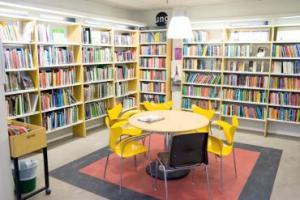 Interiör från Hagsätra bibliotek.