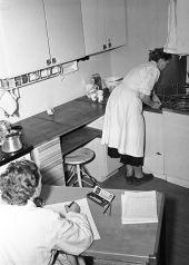 ...tar också större ansvar för hushållsarbetet, en annan traditionellt kvinnlig domän. (Bild från Hemmens forskningsinstitut, via Stockholmskällan.)