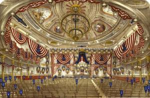 Interiör från New Yorks Tammany Hall, pyntad för konventet 1868. Bild från NYPL Digital Gallery via Wikimedia.