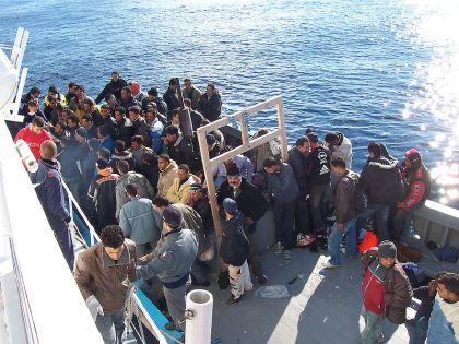 Flyktingar i Medelhavet vid italienska Lampedusa, som har fått ett relativt sett lyckligare slut på sin resa än de flyktingar i den tragedi som berörs i texten. Foto: Vito Manzari via Wikimedia.