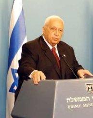 Ariel Sharon som åldrad premiärminister, från en presskonferens med USA:s dåvarande utrikesminister Colin Powell. Foto från US Department of State via Wikimedia.