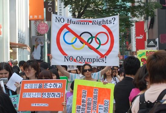 Protester inför Peking-OS. Bilden lånad från http://ohkelly.wordpress.com/2008/08/17/an-event-that-stops-the-worldbut-does-it/