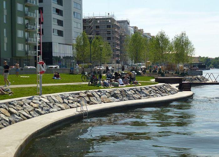BADPLATS. Hornsbergs Strandpark blir snart officiell badplats - med riktiga badstegar, om Folkpartiet får som vi vill. Foto: Holger Ellgaard, via Wikimedia.