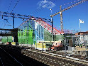 BYGGPLATS. Snart ska det byggas betydligt mer i Älvsjö än en ny pendeltågsstation: Tunnelbana, Spårväg syd och 10.000 nya bostäder. Bild Wikimedia/MjauMjauMjauMjau.