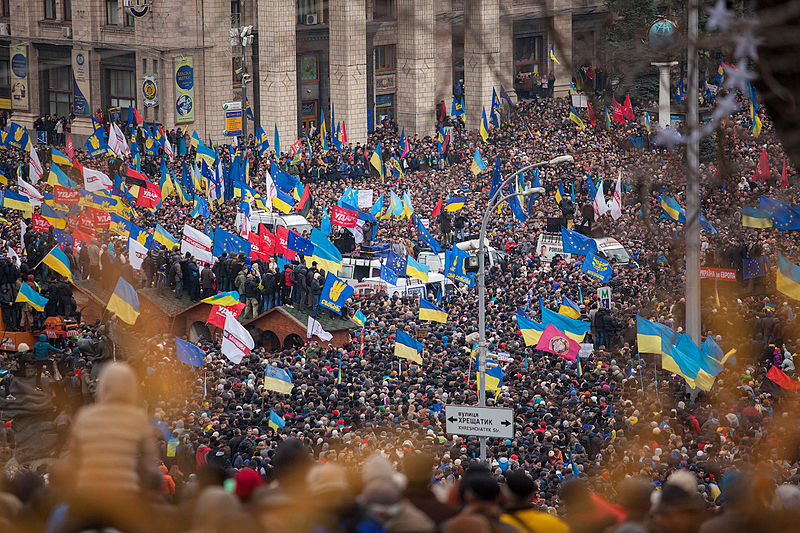 EUROMAIDAN. Demonstration på Självständighetstorget i Kiev, för EU och mot president Janukovytj. Bild Nwassa Gnatoush via Wikimedia.