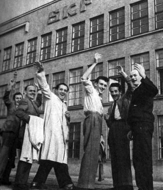 VÄLKOMNA. Arbetskraftsinvandrare som vill söka sig en bättre framtid, bidrar också till en bättre framtid för alla andra i Sverige. Nu liksom 1947 då italienare var glada över jobb på SKF i Göteborg. Foto: Lennart Nilsson.