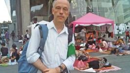 FALLEN PÅ SIN POST. Nils Horner sköts till döds i dagsljus i Kabul, i färd med att utöva sitt viktiga och uppskattade journalistiska arbete. Bild från sr.se, Nils Horner i Bangkok.