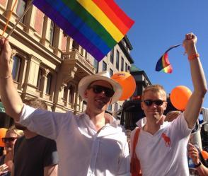 STOLTA. Vi är här, dags att vänja sig. Med kollegan Jesper Svensson i Folkpartiets del av Prideparaden i Stockholm 2012.