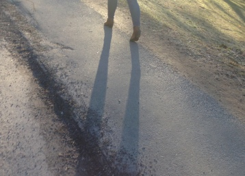 kvinna promenad hot skugga morgon kväll sol