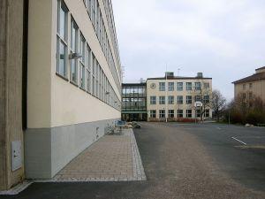 BLOCKERADES. Sverigedemokraternas ungdomsförbund hindrades att ta sig in på Globala gymnasiet i förrgår. Den tidigare Zinkensdammsskolan ritades av den kände Stockholmsarkitekten Paul Hedqvist och stod klar 1936.