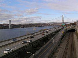 MOTORVÄG VID VATTEN. Henry Hudson Parkway, som löper längs västra sidan av Manhattan, längs Hudsonfloden. En barriär mellan staden och vattnet. Foto via Wikimedia, Anthony22.