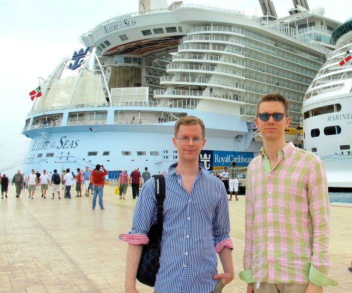"""FULLT NORMALA. På bröllopsresa på ett kryssningsfartyg med överväldigande majoritet andra gaypersoner, fick vi en oväntat befriande känsla av att vara """"norm""""."""