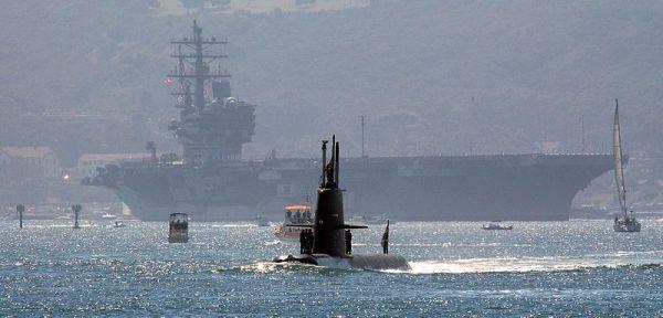 I VÄSTLIGA VATTEN. Svensk a ubåten HMS Gotland med hangarfartyget USS Ronald Reagan i bakgrunden. Foto: US Navy.