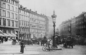 FOLKLIV ATT SAKNA. Brunkebergstorg för drygt hundra år sedan. Bildkälla: Stockholmskällan.