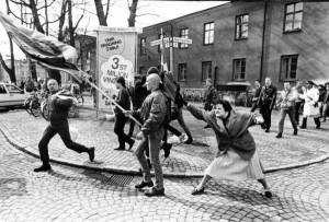 """ÅRETS BILD. """"Tanten"""", med egen bakgrund i Polen, var en av många som markerade mot Nordiska Rikspartiet i Växjö 1985. Årets bild togs av Hans Runesson, jag har lånat den från faktoider.blogspot.se (respekterar förstås ev upphovsrättsliga invändningar)."""