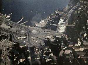 INTE PRIORITERAD. Gustaf W:son Cronquists flygfoto från 1936 visar Slussens klöverblad i dess blomningstid. Den omfattande betongkonstruktionen, byggd för vänstertrafik, har aldrig utnyttjas till sin fulla kapacitet. Bild från Stockholmskällan.