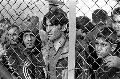 SKYDDSSÖKANDE. Flyktingar i förvar i Evros, Grekland, 2010. Bild Wikimedia/Ggia.
