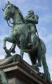 ÖVERHETEN. Gustav II Adolf på torget som bär hans namn.