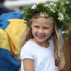 SVENSK MIDSOMMAR kan vara svenska flaggor och blommor i blont hår. Eller något helt annat.