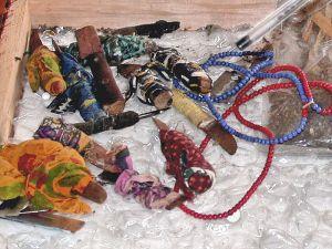 KÖNSFÖRTRYCKETS VERKTYG. Knivar som använts till kvinnlig könsstympning i Afrika. Wikimedia/Michael Rückl.