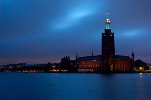 LJUSPUNKT. Stadshuset på Kungsholmen är en av stadens upplysta fasader. Wikimedia/MindBlocker.
