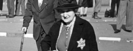 HISTORISK ANTISEMITISM. Från 1941 tvingades alla judar i Tyskland bära en gul davidsstjärna väl synlig på kläderna. Tidigare hade judar, bl a på förfrågan från Sverige, fått davidsstjärnor stämplade i sina tyska pass. Bild från Bundesarchiv via levandehistoria.se