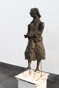 """KVINNA MED NÅGOT ATT SÄGA. Siri Derkerts skulptur """"Elin Wägner håller tal"""" har skapats i större skala av Rune Rydelius. Foto Klara Nilsen via Stockholm Konst."""