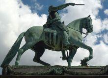 MAN MED MAKT. Ryttarstatyn av Gustav II Adolf på torget som bär hans namn. Foto Helger Ellgaard via Wikimedia.