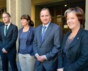 FÖRHANDLAR. Språkrören Fridolin och Romson, S-ledaren Löfven och partisekreterare Jämtin. Wikimedia/Fouganthine.