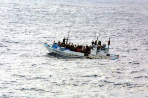 FLYKTVÄG OCH DÖDSRISK. Över 3 000 flyktingar har drunknat i Medelhavet hittills i år, jämfört med 600 under hela förra året. På överfulla och sjöosäkra båtar vågar de livet. (Bilden föreställer människor i liknande situation utanför Guatemala. US Navy.)