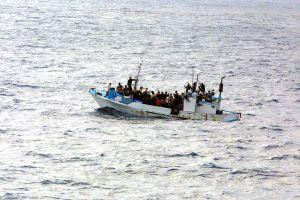 FLYKTVÄG OCH DÖDSRISK. Färre personer än i fjol drunknar på flykt över Medelhavet - men de är redan långt över 2 000. (Bilden föreställer människor i liknande situation utanför Guatemala. US Navy.)
