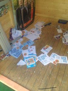 VANDALISERING. Också ett förtäckt hot. Foto från Folkpartiets valstuga i Solna, som utsattes för vandalisering med bl a färg och för inbrott med skadegörelse och stöld av FP-jackor, natten till 25 augusti. Foto från andersekegren.wordpress.com