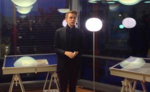 KULTURAGERAR. Som oppositionspolitiker  blir det dock kanske färre tillfällen att invigningstala, som här kort för att uppmärksamma världsminnet Stockholms stadsbyggnadsritningar och de frimärken som skapats utifrån det.  Mars 2013, foto av stadsarkivarie Lennart Ploom.