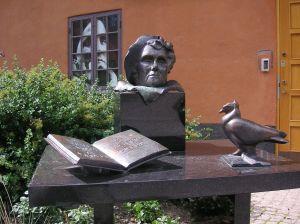 HILLFON. Konstnären Hertha Hillfon finns representerad på ett flertal ställen i vår offentliga miljö. Här Astrid Lindgren i Filmstaden (Holger Ellgaard Wikimedia).