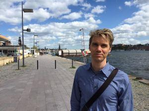 NAMNLÖS PLATS. Poserar med jetlag i uppfriskande svensk försommarblåst på Norr Mälarstrand