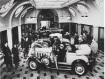 ELEGANS. Bilförsäljning i Ostermans marmorhall. (Stockholmskällan)