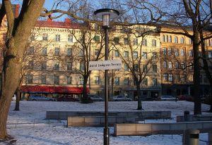 INFORMATIONSBEHOV. För många behöver kanske Astrid Lindgren inte en närmare presentation, men gatuskyltar är ett bra tillfälle att lyfta fram intressanta personer och händelser. (Holger Ellgaard Wikimedia)