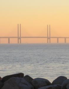 SOLNEDGÅNG ÖVER ÖRESUND. Högbrodelen av Öresundsbron (Wikimedia/jorchr)